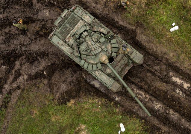دبابة تي-72 ب.3 خلال التدريب الميداني في الحقل العسكري مولكينو في منطقة كراسنودارسكي كراي، روسيا