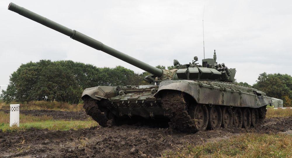 دبابة تي-72 ب.3  خلال التدريب الميداني في حقل عسكري مولكينو في منطقة كراسنودارسكي كراي، روسيا