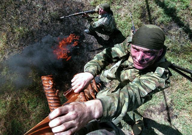 جنود وحدة الاستطلاع رقم 149 التابعة لفوج المشاة رقم 201 التابعة للقوات الروسية خلال المناورات في القاعدة العسكرية في طاجيكستان