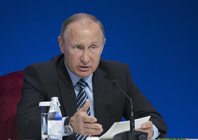 الرئيس الروسي فلاديمير بوتين والرئيس الكازاخستاني نورسلطان نزاربايف يوقعان وثيقة التعاون بين البلدين خلال منتدى التعاون الدولي الـ 13 بين البلدين