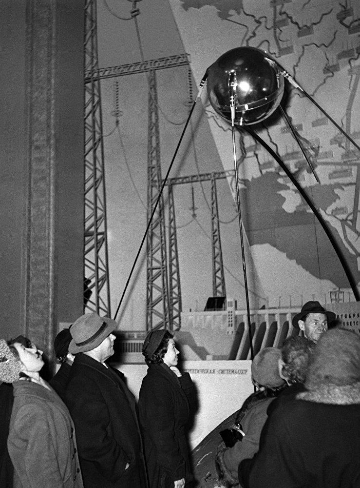 مجسم لأول قمر صناعي أطلق في 4 أكتوبر/ تشرين أول 1957، الاتحاد السوفيتي