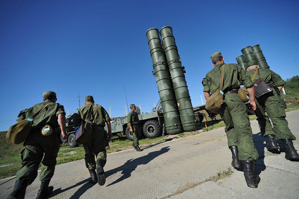 الأنظمة الدفاعية الصاروخية اس-400 التابعة للفوج الراية الحمراء لقوات الدفاع الجوي-الفضائي الروسية في محافظة موسكو.