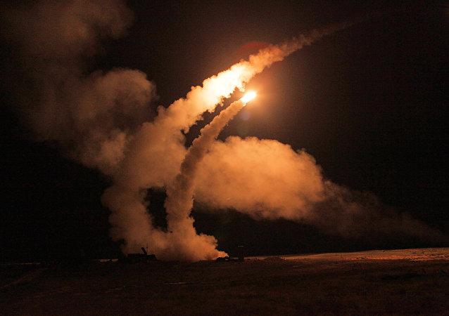 الأنظمة الدفاعية اس-400 (صواريخ أرض-جو) التابعة لقوات الدفاع الجوي-الفضائي الصاروخي خلال التدريبات بمنطقة أشولوك بإقليم أستراخان