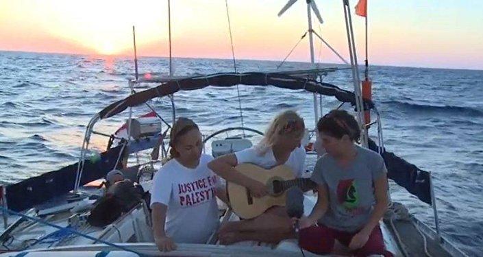 النشطاء الأجانب المتواجدين على متن قارب زينونة