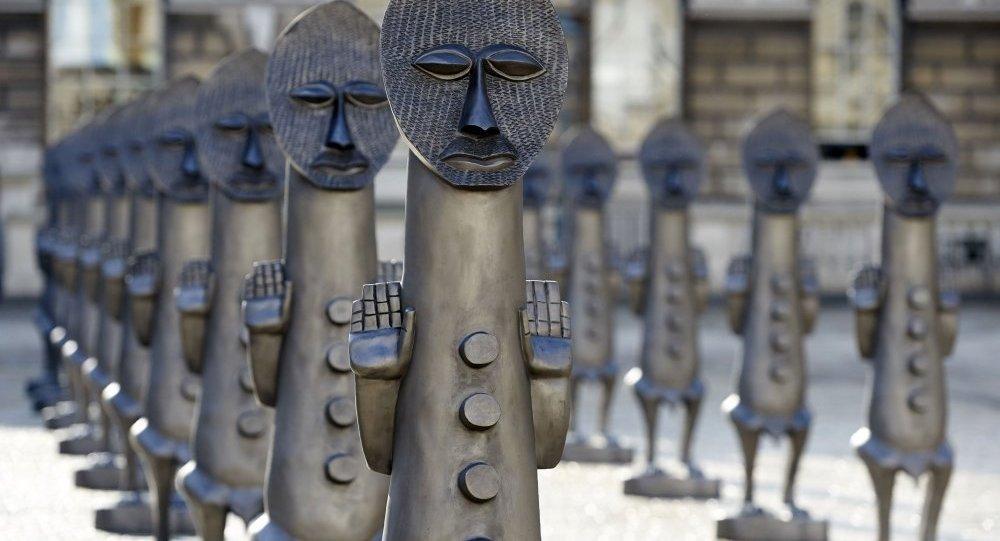 جيش من التماثيل الأفارقة