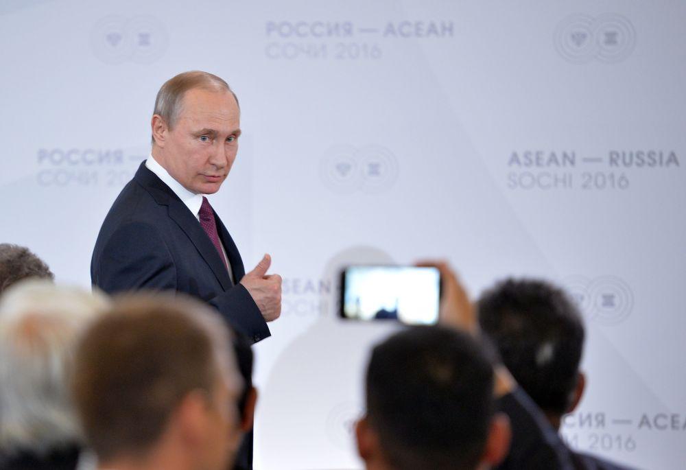 الرئيس الروسي فلاديمير بوتين أثناء اجتماع رؤساء الوفود لقمة روسيا-آسيان
