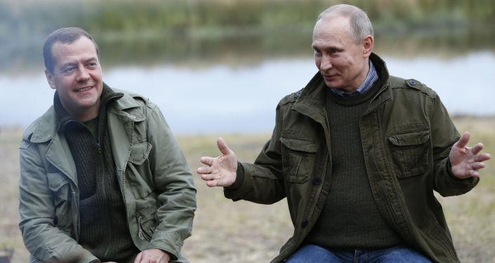 الرئيس الروسي فلاديمير بوتين ورئيس الوزراء دميتري مدفيديف على جزيرة ليبنو في إقليم نوفوغورود