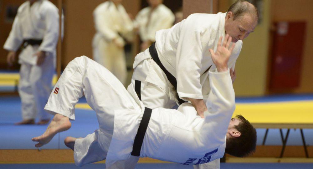 الرئيس الروسي فلاديمير بوتين خلال تدريبات الجودو مع أحد أفراد فريق الجودو الروسي