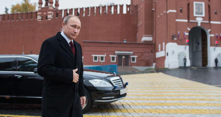 الرئيس الروسي فلاديمير بوتين يصل الساحة الحمراء