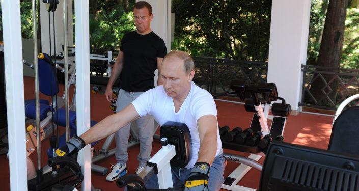الرئيس الروسي فلاديمير بوتين ورئيس الوزراء الروسي دميتري مدفيديف خلال ممارسة تمارينهم الرياضية في مقر بوتشاروف روتشي في مدينة سوتشي.