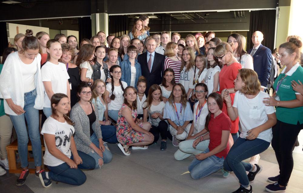 الرئيس الروسي فلاديمير بوتين أثناء زيارته للمركز التعليمي سيريوس في مدينة سوتشي.