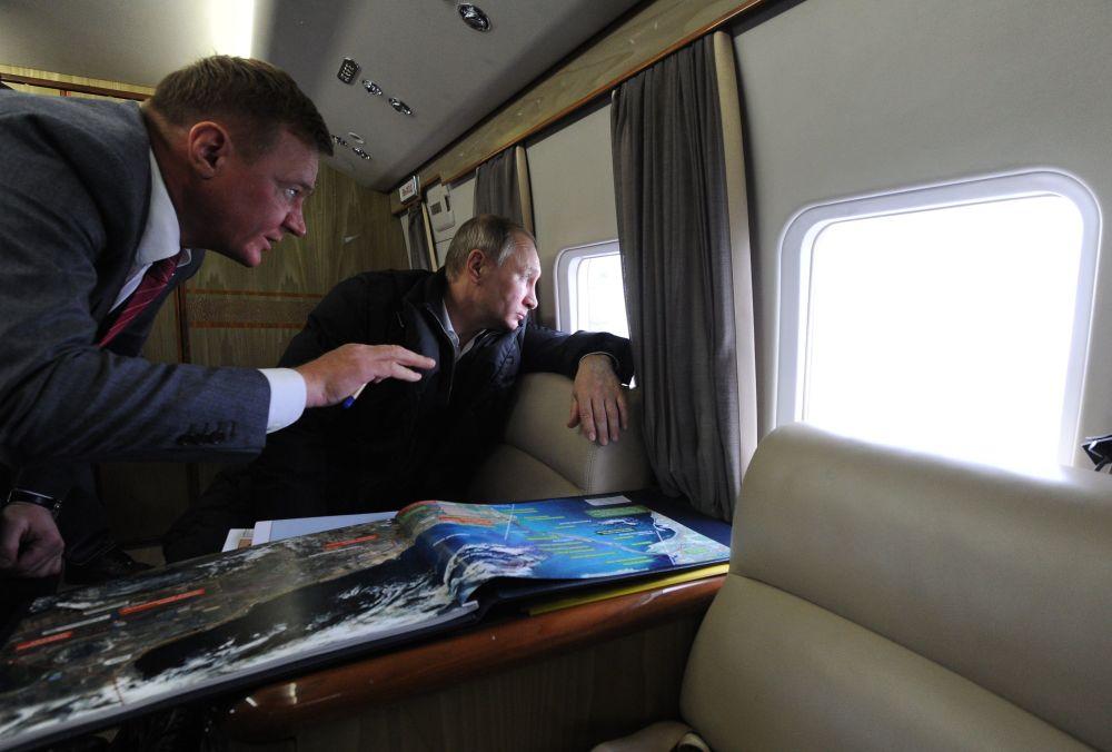 الرئيس فلاديمير بوتين خلال رحلة عمل فوق خليج كيرتش