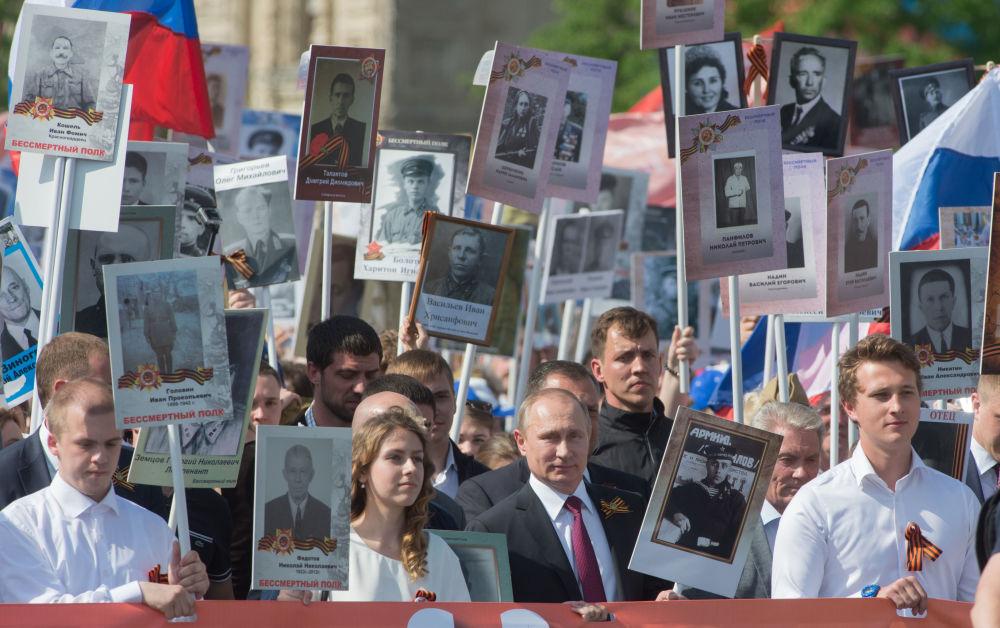 الرئيس فلاديمير بوتين خلال مسيرة الفوج الخالد في ذكرى الـ 75 لعيد النصر في الحرب الوطنية العظمى ضد ألمانيا النازية (1941-1945)