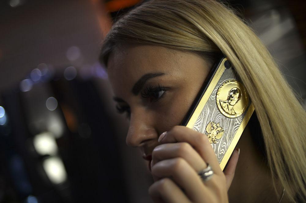 إطلاق هاتف ذكي خاص بمناسبة عيد ميلاد الرئيس الروسي فلاديمير بوتين - ويحمل الهاتف الذكي صورة منقوشة للرئيس الروسي فلاديمير بوتين والزخرفة التي استعملت في تزيين السيوف الدمشقية.