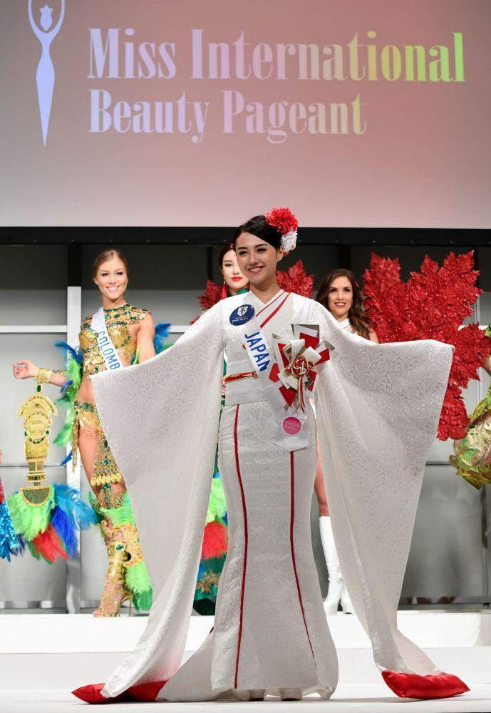 المسابقة الدولية لـ ملكة الجمال في طوكيو لعام 2016، اليابانية جونا ياماغاتا وزيها الوطني، 11 أكتوبر/ تشرين الأول 2016