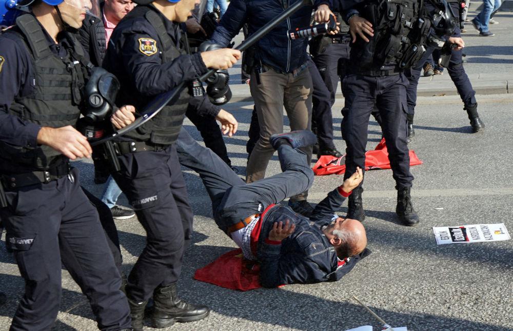 الشرطة التركية تشتبك مع المتظاهرين في مدينة أنقرة، 10 أكتوبر/ تشرين الأول 2016