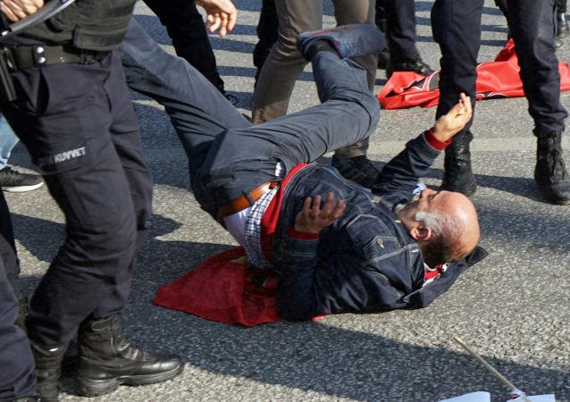 الشرطة التركية تشتبك مع المتظاهرين