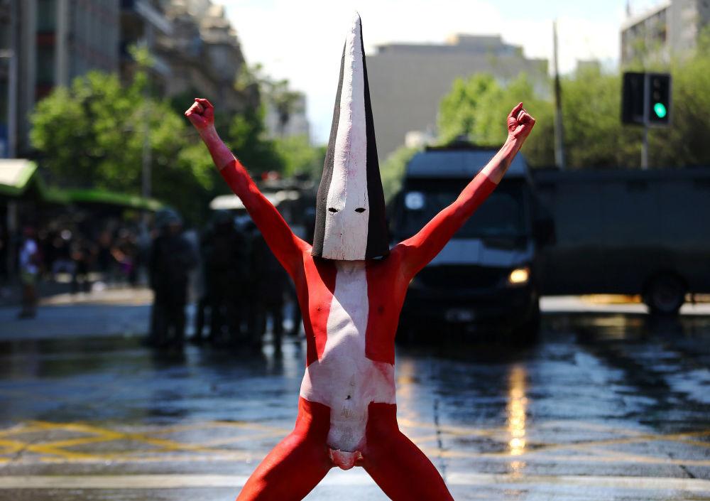 ناشط، عضو يمثل قوم سيلكنام، خلال احتجاجات في سانتياغو، تشيلي، 10 أكتوبر/ تشرين الأول 2016