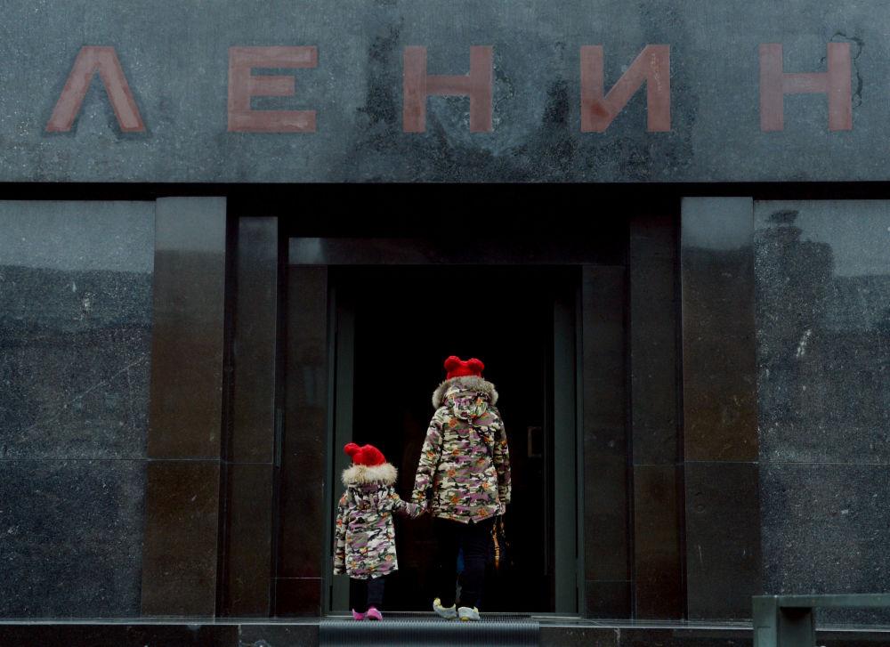 أطفال يقفون أمام مدخل متحف لينين على الساحة الحمراء في موسكو، 11 أكتوبر/ تشرين الأول 2016