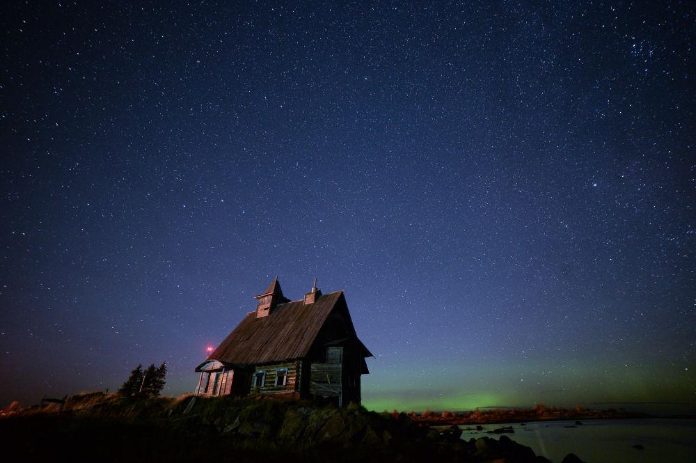 لغز الجمال الساحر لشمال روسيا - الشفق القطبي الشمالي على البحر الأبيض، قرية رابوتشيوستروف، كيم.
