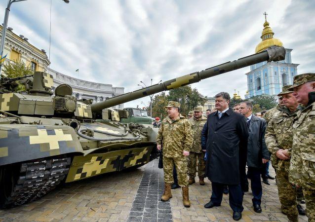 بيوتر بوروشينكو يتفقد أسلحة الجيش الأوكراني