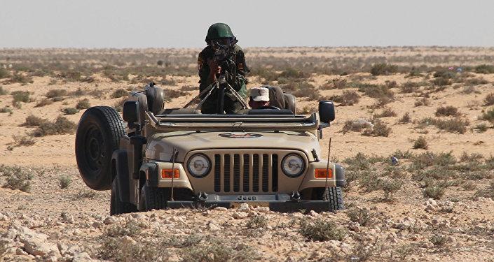جندي على سيارة خلال تدريبات مكافحة الإرهاب الثنائية حماة الصداقة 2016