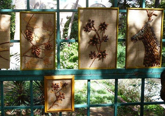 مواطن سوري يصنع أشكال فنية من ذهب الطبيعة