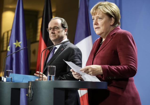 الرئيس الفرنسي فرانسوا أولاند والمستشارة الألمانية أنجيلا ميركل بعد اجتماع رباعية النورماندي في برلين