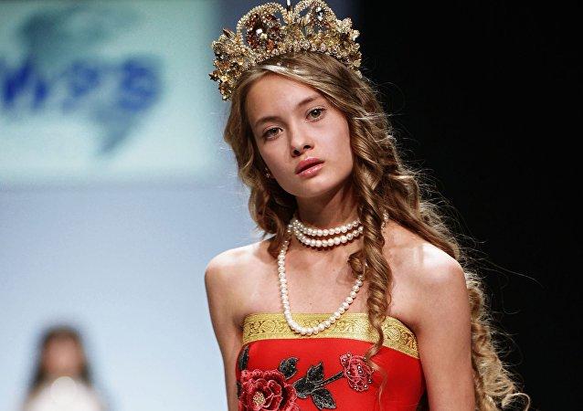 عارضة أزياء خلال عرضأسبوع الموضة في موسكو تحت عنوان صُنع في روسيا.