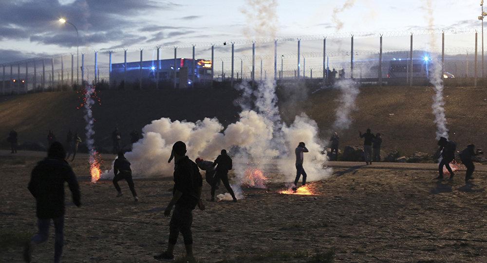 تفريق متظاهرين في مخيم للاجئين في فرنسا