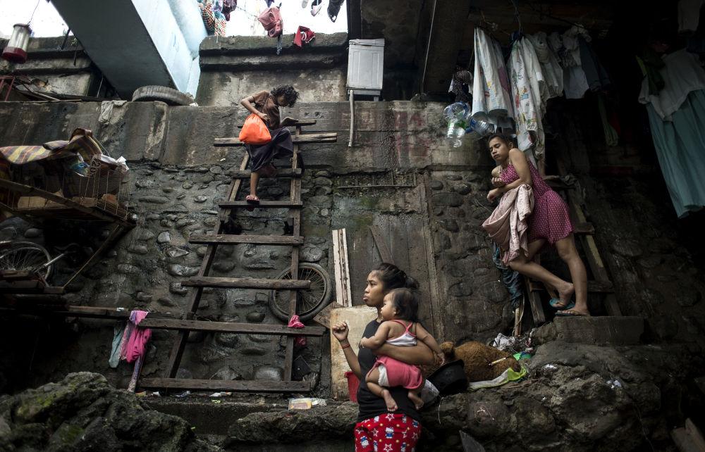امرأة تنزل الدرج للهروب من الإعصار