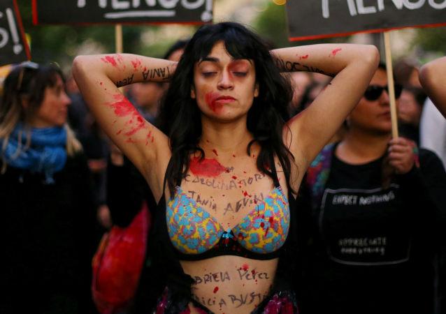 فتاة أثناء احتجاجات حاشدة ضد عدم المساواة بين الجنسين في سانتياغو