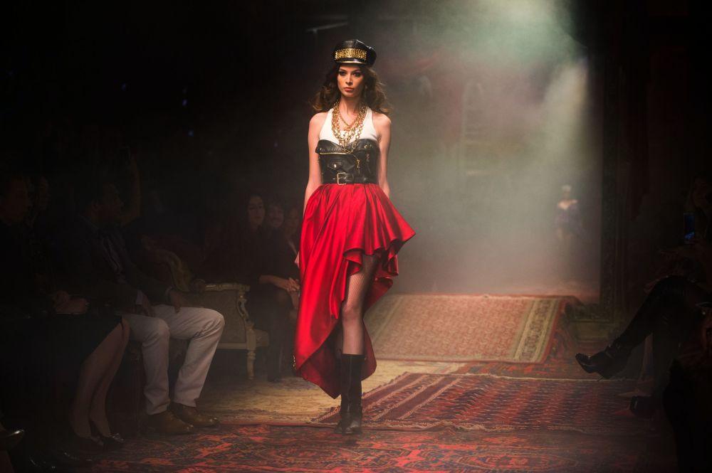 عارضة أزياء خلال عرض مجموعة ملابس موسكينو خريف وشتاء 2016-2017 في متحف موسكو