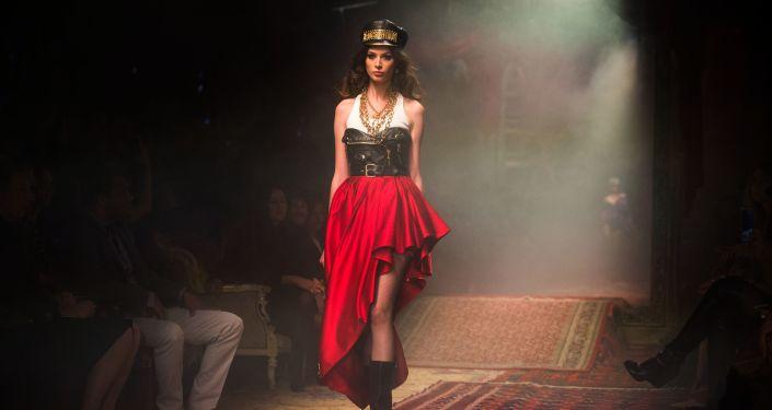 عارضة أزياء خلال عرض مجموعة ملابس موسكينو خريف وشتاء 2016-17 في متحف موسكو