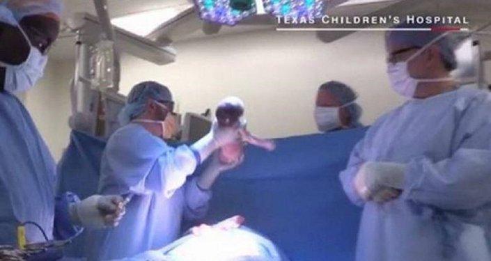 أطباء في مركز متخصص بالأطفال بتكساس