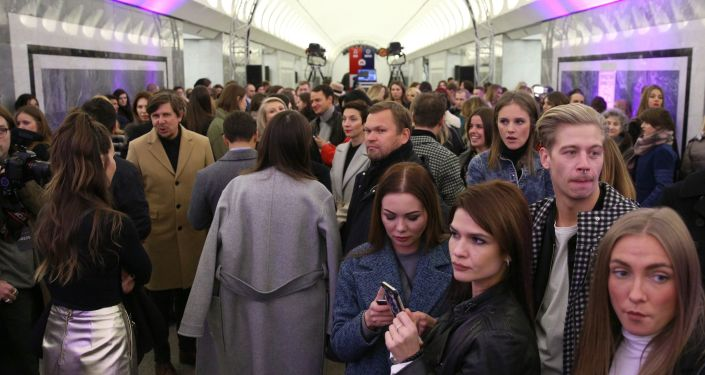 تحولت محطة مترو أنفاق دوستويفسكي بالعاصمة موسكو إلى منصة لعرض مجموعة أزياء للمصمم الروسي ألكسندر تيريخوف.