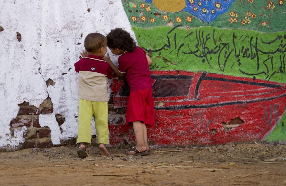 أطفال يلعبون خلال المعرض الفني