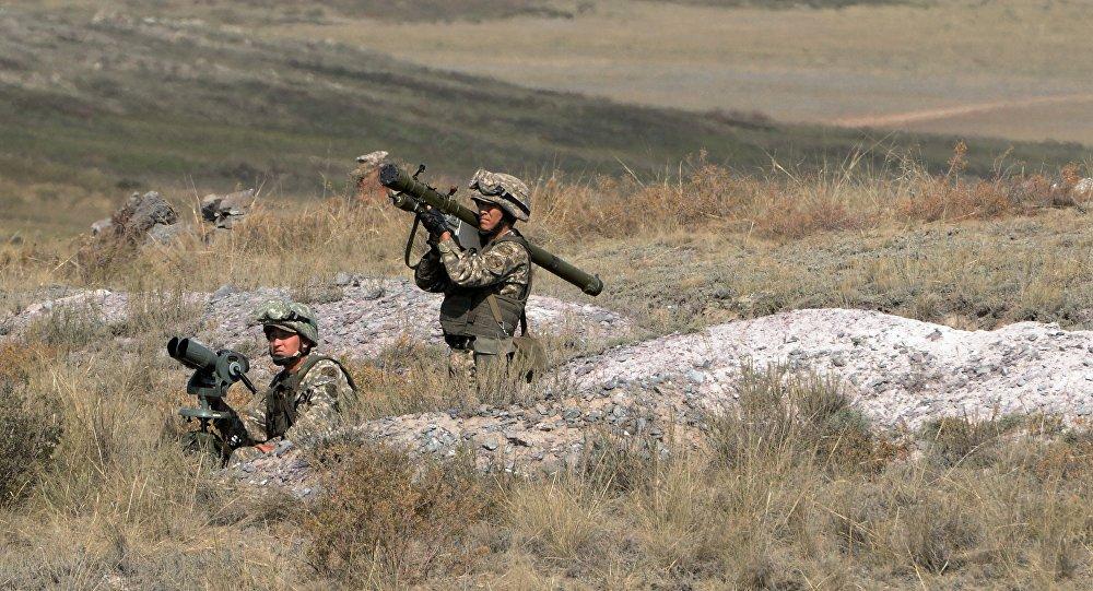جندي يحمل قاذف صواريخ مضادة للطائرات
