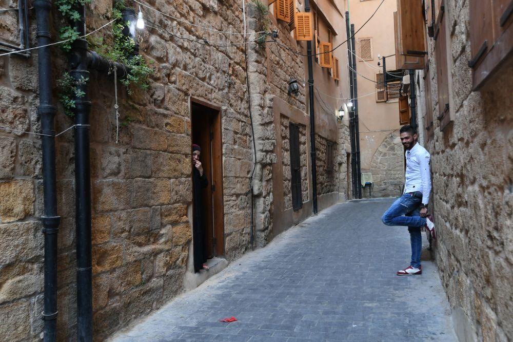 شاب وفتاة في أحد شوارع مدينة صيدا
