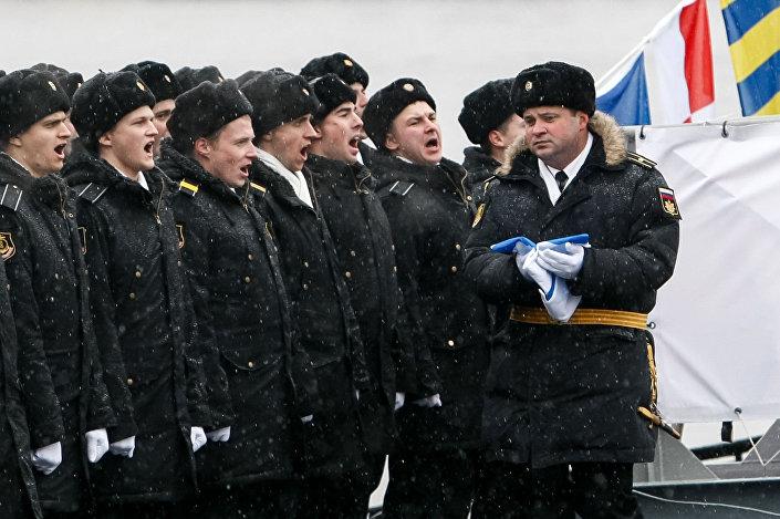 الجنود الروس في مراسم تسليم القوات البحرية الروسية الغواصة العاملة بالديزل والكهرباء فيليكي نوفغورود مشروع 636.3 فارشافيانكا