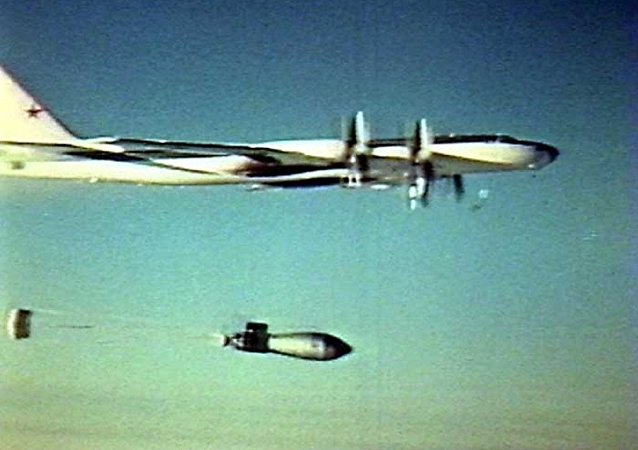 لحظة إلقاء القنبلة من قاذفة القنابل الاستراتيجية من طراز تو-95 ف،