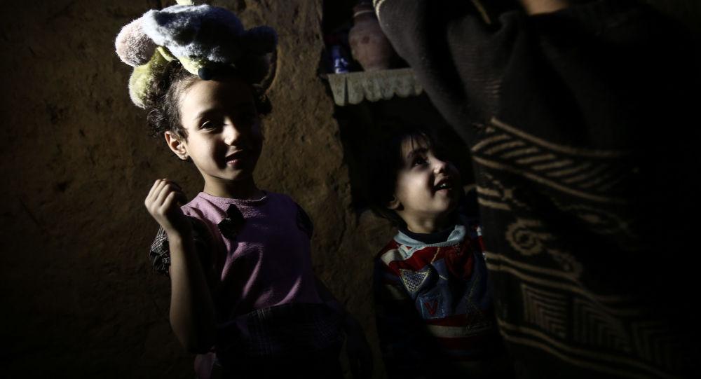 """""""أم البنات""""... هربت من الموت في سوريا وكادت تلاقيه بصحراء السودان 1020638959"""