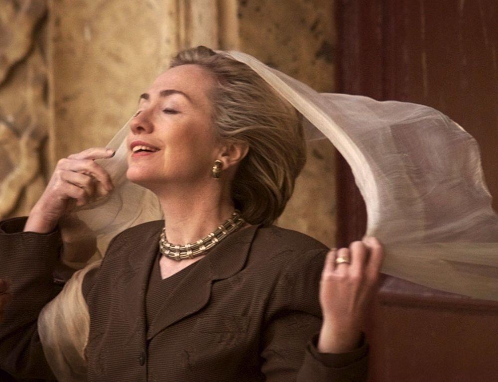 المرشحة للانتخابات الرئاسية الأمريكية من الحزب الديموقراطي هيلاري كلينتون تضع منديلاً لتغطي رأسها قبل دخولها هي وابنتها تشيلسي إلى قلعة صلاح الدين بمدينة القاهرة، مصر 21 مارس/ آذار 1999