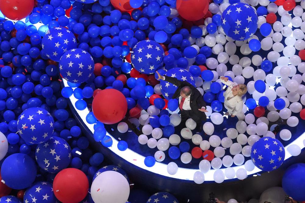 المرشحة للانتخابات الرئاسية الأمريكيةمن الحزب الديموقراطي هيلاري كلينتون تسير وسط بحر من البالنوات الهوائية، فيلاديلفيا 26 يوليو/ تموز 2016