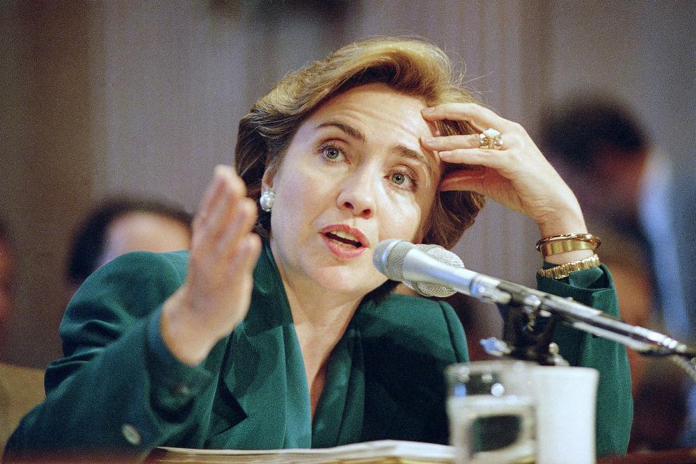 المرشحة للانتخابات الرئاسية الأمريكيةمن الحزب الديموقراطي هيلاري كلينتون عندما كانت السيدة الأولى للولايات المتحدة، وهي تدلي بشهادتها أمام لجنة المالية بمجلس الشيوخ، 30 سبتمبر/ أيلول 1993