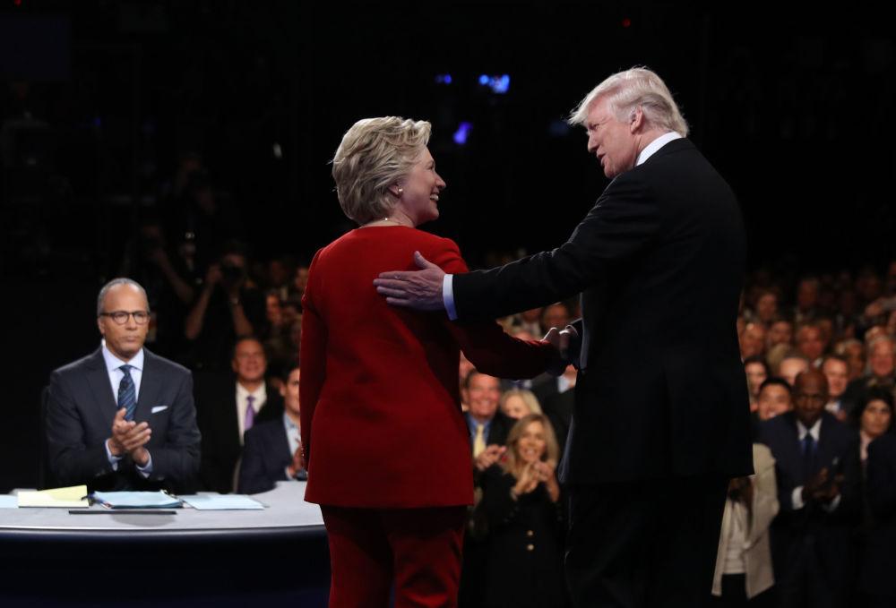 المرشحة للانتخابات الرئاسية الأمريكيةمن الحزب الديموقراطي هيلاري كلينتون (يسار الصورة) والمرشح من الحزب الجمهوري دونالد ترامب (يمين الصورة) خلال أول مناظرة لهما كمرشحين بجامعة هوفسترا بنيويورك، 26 سبتمبر/ أيلول 2016