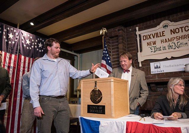 فتح مراكز الاقتراع أمام الناخبين الأمريكيين