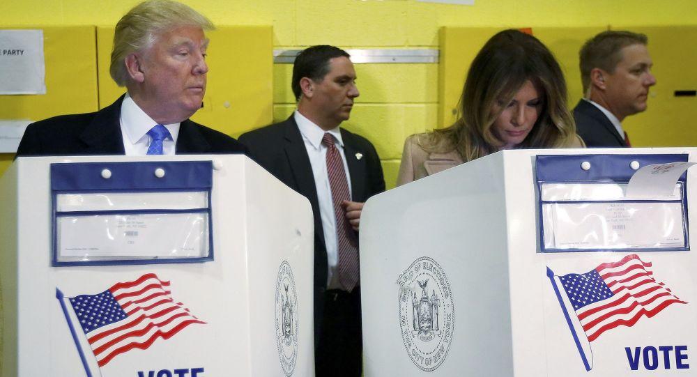 المرشح الجمهوري دونالد ترامب وزوجته ميلانا ترامب خلال مشاركتهما في التصويت في الانتخابات الرئاسية في نيويورك، 8 نوفمبر/ تشرين الأول 2016.