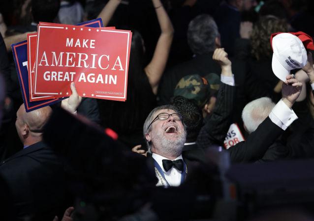 الانتخابات الرئاسية الأمريكية - مناصرو المرشح الجمهوري دونالد ترامب إثر إعلان نتائج التصويت في نيويورك، 8 نوفمبر/ تشرين الثاني 2016