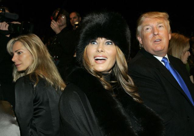 ميلانيا ترامب وزوجها دونالد ترامب خلال حضورهما لعرض تصاميم مايكل كورس مجموعة خريف 2007 في نيويورك، 7 فبراير/ شباط 2007.